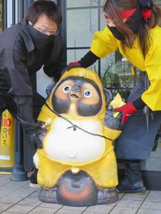 """忍者たぬきを設置する""""忍者""""=甲賀市の道の駅あいの土山で"""