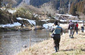 渓流釣りが解禁され、小駄良川で釣りを楽しむ人たち=郡上市八幡町初音で