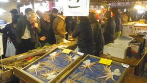 魚介類を求める人で熱気があった師崎漁港朝市=いずれも愛知県南知多町で
