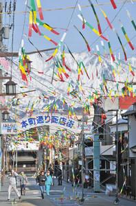 勝山左義長まつりを彩る色短冊を飾り付ける地区民たち=勝山市本町2で
