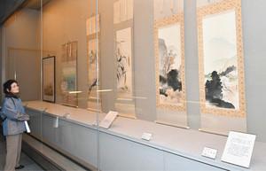 花や鳥を題材に描かれた掛け軸=射水市新湊博物館で