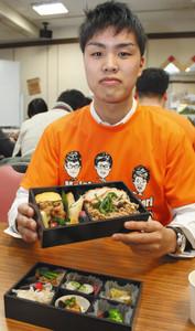 学生と四鳥が共同開発した「奥美濃古地鶏」の弁当=大垣市で