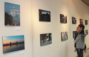 部員が撮影した富山市内の風景写真などが並ぶ会場=富山市役所で