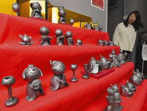 ひな壇に並ぶ愛らしい瓦のひな人形=近江八幡市多賀町のかわらミュージアムで