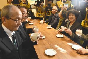 「純喫茶山雅」時代の味を再現したコーヒーを味わう高原さん(左)たち=松本市の喫茶山雅で