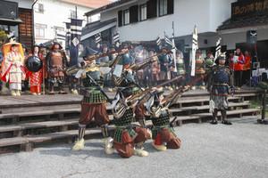 昨年4月、立山黒部アルペンルート開通に合わせて大町市で行われた武者行列イベント=大町市の大町温泉郷で