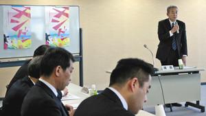 4月のチンドンコンクールの事業について話し合う委員たち=富山市内で
