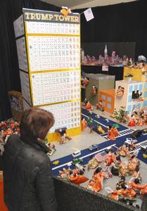 トランプタワーの周囲にひな人形120体を群衆のように配置したジオラマ=高浜市屋敷町で