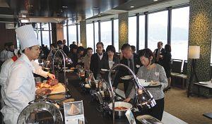 県産の食材にこだわった料理を提供するレイクビューダイニングビオナ=大津市のびわ湖大津プリンスホテルで