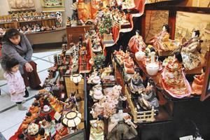 500体以上のひな人形が並び、華やかな店内=あわら市のギャルリー・ラコンテで