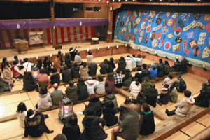 客席に座るなど、内部をじっくりと見学できる=いずれも岐阜県中津川市加子母で