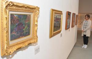 初公開となる棟方志功の油彩画などが並ぶ会場=南砺市福光美術館で