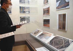 総会所の特徴的な建築方法を紹介する展示=岡崎市中町の三河別院で