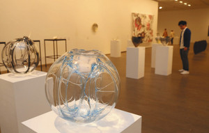 工芸のさまざまな可能性を感じさせる作品展=金沢21世紀美術館で