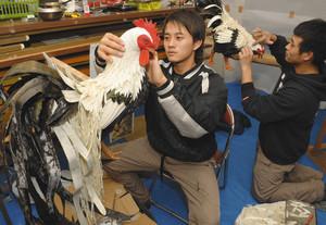 祭りに向け、山車の準備を進める若者たち=近江八幡市池田町で