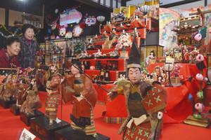 200体に及ぶひな人形が並ぶ古民家=阿智村駒場の木戸脇地区で