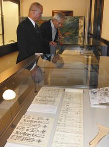 若木仇名草の床本などが並ぶ市立博物館の展示会=敦賀市内で