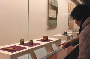 日本やアジアで作られた茶道具などが並ぶ会場=富山市佐藤記念美術館で