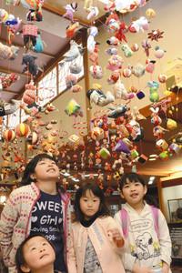 つるし飾りを見上げる子どもたち=松川町の清流苑で