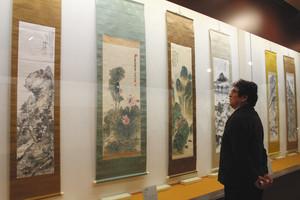 ずらりと並ぶ鉄斎の文人画=長浜市の高月観音の里歴史民俗資料館で