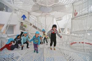 国内最大級のスーパーコクーンで遊ぶ園児たち=22日午前、敦賀市のキッズパークつるがで(蓮覚寺宏絵撮影)