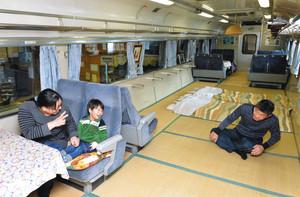 車内は畳が敷かれ、座席でくつろいだり、布団を敷いて泊まったりと思い思いの「あずさ号」を楽しめる=上田市の「夢ハウスあずさ号」で