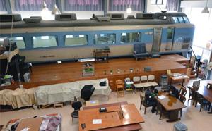 民宿内は食堂やプラットホームもあり、まるで駅のよう=上田市の「夢ハウスあずさ号」で