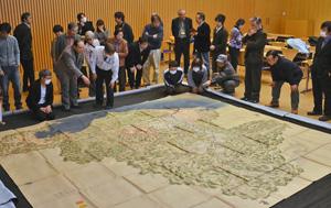 初公開の「越前国ノ図」に見入る来場者ら=福井市下馬町の県立図書館で