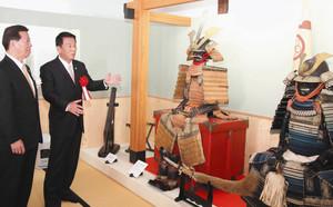 松井三郎市長に甲冑などを紹介する杉良太郎さん(右)=掛川市掛川の掛川城御殿で