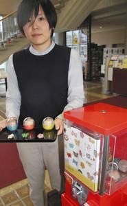 来館者に人気の漆塗りブローチが入ったガチャガチャ=県輪島漆芸美術館で