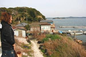 真珠養殖の盛んな間崎島は海沿いに各家々の作業小屋や船着き場がある