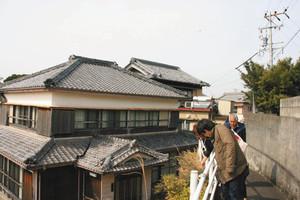空き家が目立つが、どっしりとした瓦ぶきの家が多い=いずれも三重県志摩市で