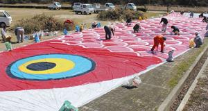 まつりに向け、色を塗られた巨大こいのぼり=長浜市高月町雨森で