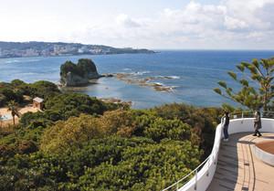 白浜温泉街や紀伊水道、円月島などを望むことができる南方熊楠記念館の屋上展望デッキ