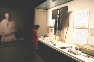 熊楠愛用の品や直筆の資料が並ぶ展示室=いずれも和歌山県白浜町で