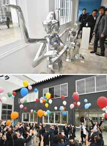 (上)開館したミュージアム内に展示された金属作品(下)風船を空へ飛ばしてオープンを祝う関係者ら=いずれも高岡市福岡町荒屋敷で