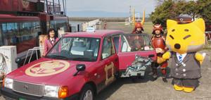 運行を始めた「赤備えタクシー」=彦根市松原町で
