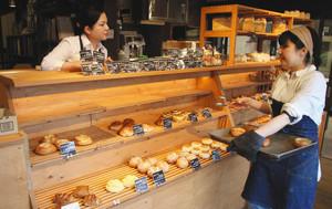 さまざまな種類のパンが並ぶ店内=米原市米原で