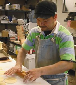 真剣な表情でパンを作る北村さん=米原市米原で