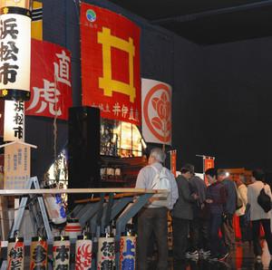 ツアー客でにぎわう浜松まつり会館の館内=11日、浜松市南区中田島町で