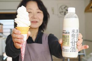 15日から販売を始める「甘酒ソフトクリーム」(左)。右は配合した「源流の里米麹の甘酒」=木祖村の道の駅木曽川源流の里きそむらで