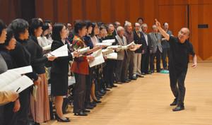 合唱団を指導する広上淳一さん(右)=県立音楽堂で