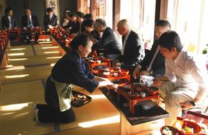 輪島塗の御膳料理が出されたオープニングセレモニー=輪島市町野町寺山で