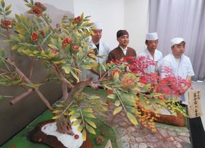 出品する工芸菓子「中山道落合宿の石畳」と、制作の中心となった(左から)小笠原さん、安藤さん、今井さん、原さん=中津川市のにぎわいプラザで