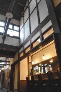朝食会場にもなるカウンターと吹き抜け=大津市長等の「大津町家の宿 粋世」で