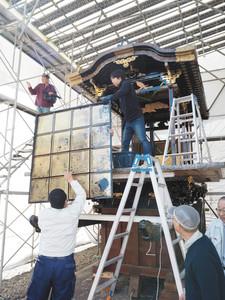 年配者の指導で歌舞伎山を組み立てる住民たち=小矢部市中央町で