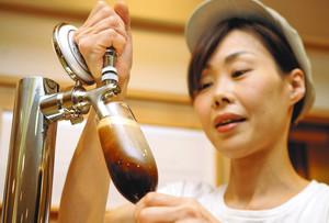 生ビールのように専用サーバーから注ぐ「アイスブリュードコーヒー」=一宮市新生の喫茶店「マダムカフェぶどう圓」で