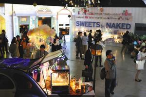 プロジェクションマッピングや装飾で彩られた店内ではお菓子や飲み物が販売されている=多治見市の「TREE by NAKED Tajimi」で