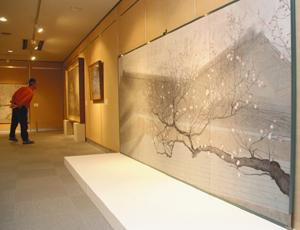 梅を題材にした日本画が並ぶ会場=滑川市博物館で