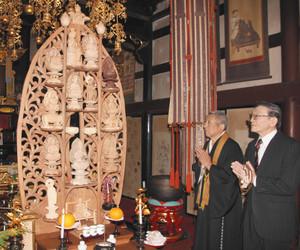 十三仏の祭壇を本堂に安置し、手を合わせる端浦吉章さん(右)と広沢佑昇住職=輪島市町野町徳成谷内で